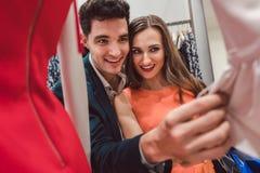 Женщина и ее покупки человека для моды Стоковые Изображения RF