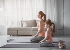 Женщина и ее ребенок размышляют дома Стоковые Изображения