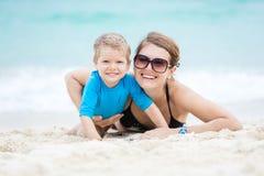 Женщина и ее сын имея потеху на пляже Стоковое Фото