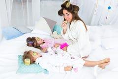 Женщина и дети на кровати стоковая фотография