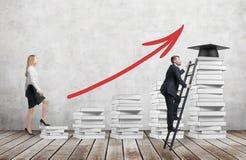 Женщина идет вверх использовать лестницы которые сделаны из белых книг для достижения шляпы градации пока человек находил сокраще Стоковое Изображение RF