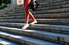 Женщина идет вниз с лестниц Стоковые Изображения