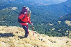 Женщина идет вниз с наклона Стоковые Фото