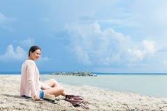 Женщина идет вокруг моря стоковые фото
