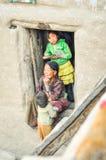 Женщина и 2 дет в Непале Стоковая Фотография RF