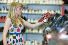 Женщина идет купить ботинки Стоковое Изображение RF