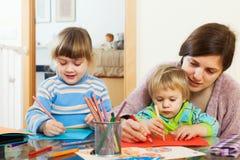 Женщина и 2 дет с карандашами в доме Стоковые Изображения RF