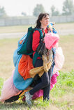 Женщина идет с точным paraclown после приземляться Стоковое фото RF