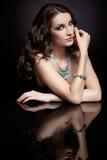Женщина и зеркало брюнет Стоковая Фотография RF