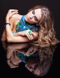 Женщина и зеркало брюнет Стоковая Фотография