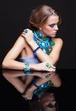 Женщина и зеркало брюнет Стоковые Изображения RF
