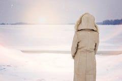 Женщина и зима волшебства близко к замороженному реке Стоковая Фотография RF