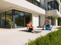 Женщина и личный тренер делая тренировку с шариком pilates Стоковые Фотографии RF
