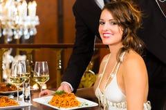 женщина и кельнер в точном обедая ресторане Стоковые Изображения