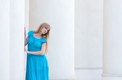 Женщина и колонки Стоковые Изображения RF