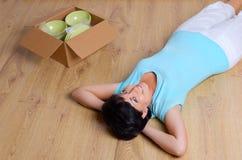 Женщина и коробка с dishware стоковые фотографии rf
