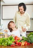 Женщина и красивый супруг варя с овощами Стоковая Фотография RF