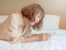Женщина и кровать стоковые фотографии rf