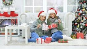 Женщина и мать празднуя рождество Стоковое Изображение RF