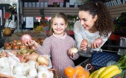 Женщина и маленькая девочка на рынке Стоковые Фото
