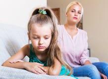 Женщина и маленькая дочь имея ссору Стоковые Изображения