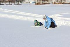 Женщина и мальчик играя на снеге в зиме Стоковые Фото