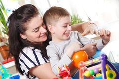 Женщина и мальчик околпачивая вокруг с воздушными шарами Стоковое Изображение RF