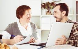 Женщина и менеджер обсуждают контракт стоковые фото