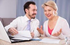 Женщина и менеджер обсуждают контракт Стоковые Фотографии RF