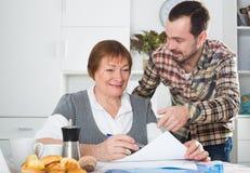 Женщина и менеджер обсуждают контракт стоковое фото rf