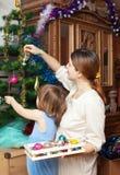 Женщина и младенец подготавливая для рождества Стоковое Изображение RF