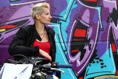 Женщина и надпись на стенах Bicker Стоковое фото RF