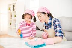 Женщина и обтертая девушка маленького ребенка Стоковые Фотографии RF