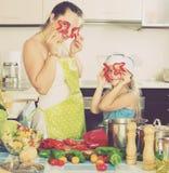 Женщина и дочь играя с овощами Стоковая Фотография