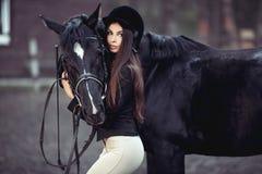 Женщина и лошадь в школе верховой езды Стоковые Фото
