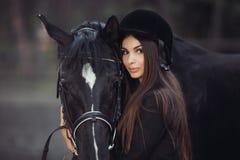 Женщина и лошадь в школе верховой езды Стоковое фото RF