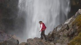 Женщина и падая вода видеоматериал