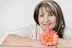 Женщина и померанцовый цветок Стоковое фото RF