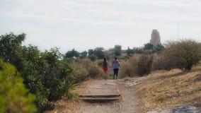 Женщина и предназначенный для подростков ход на следе в Афинах стоковые фото