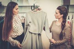 Женщина и продавец в выставочном зале Стоковое фото RF
