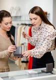 Женщина и продавец в выставочном зале Стоковое Изображение