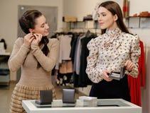 Женщина и продавец в выставочном зале Стоковые Фото
