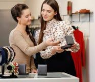 Женщина и продавец в выставочном зале Стоковые Изображения RF