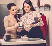 Женщина и продавец в выставочном зале Стоковая Фотография RF