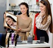 Женщина и продавец в выставочном зале Стоковые Фотографии RF