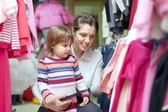 Женщина и ребенок выбирают носку Стоковое Фото