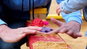 Женщина и ребенок играя с песком сток-видео