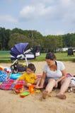 Женщина и ребенок на пляже Стоковое Изображение RF