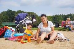 Женщина и ребенок на пляже Стоковые Фото