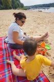 Женщина и ребенок на пляже Стоковые Изображения RF